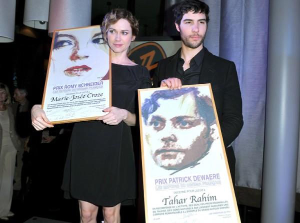 Les-deux-acteurs-montrent-leurs-prix-au-photographes-_reference